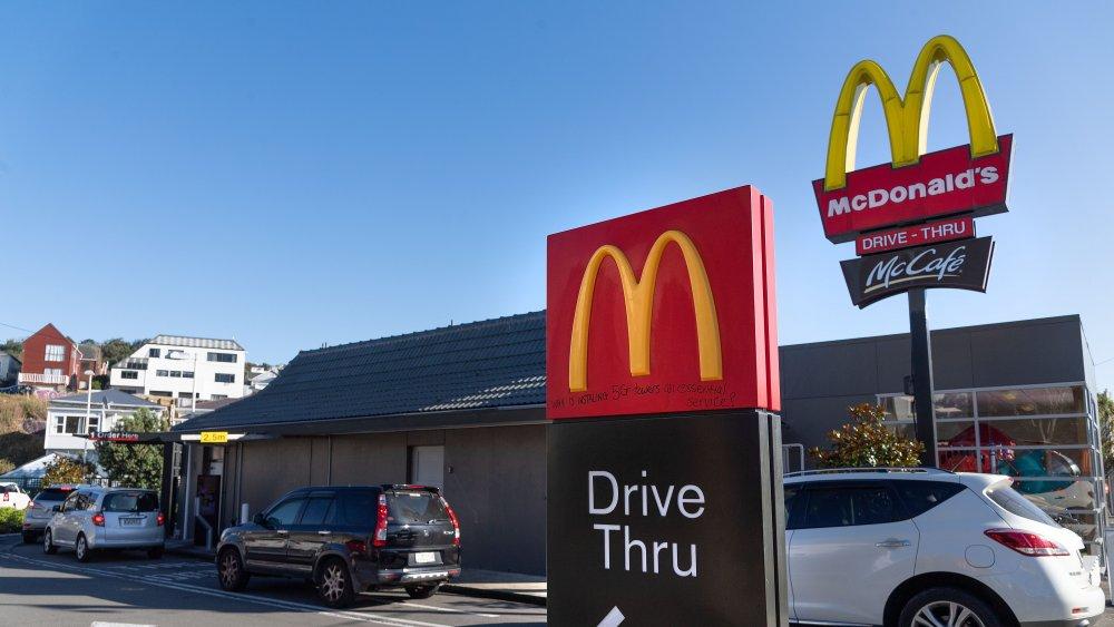 Mua hàng trực tiếp trên xe (Drive-thru) của McDonald's.