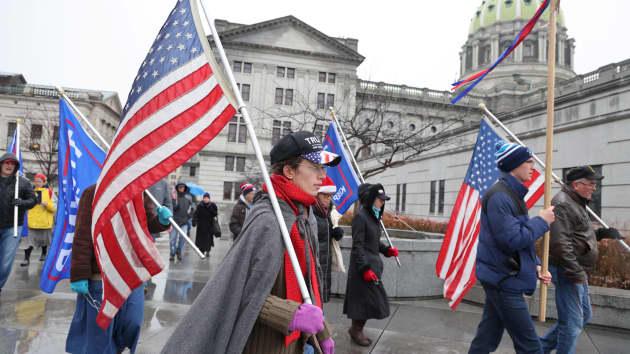 Một nhóm nhỏ những người ủng hộ Trump diễu hành khi các Đại cử tri tập trung để bỏ phiếu cho cuộc bầu cử tổng thống Mỹ ở Harrisburg, Pennsylvania ngày 14/12/2020.