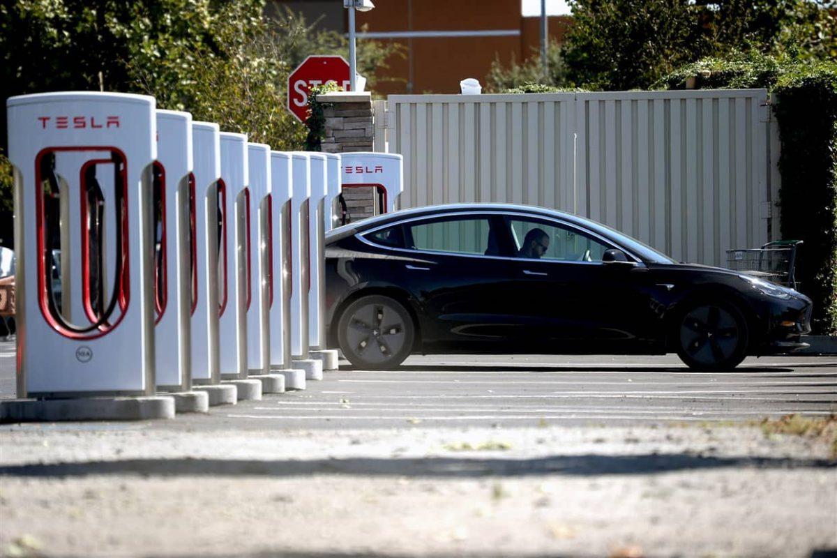Tesla vượt Facebook về vốn hóa thị trường
