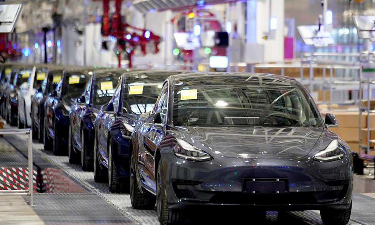 Trung Quốc tính cấm công chức dùng xe Tesla